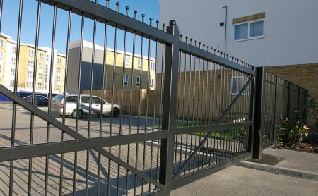 Galvanised gates and fencing panels beside the River Thames. First impressions are everything, if the paint is poor it does not matter how neat the fabrication is, or how good the deign is no one will notice. The Tri-Resin System offers excellent corrosio